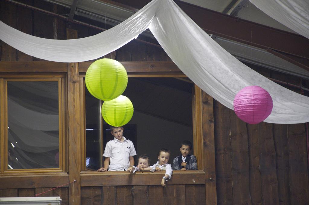 limage en grand with comment accrocher une boule japonaise au plafond. Black Bedroom Furniture Sets. Home Design Ideas