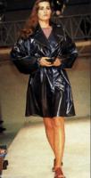 Yasmin Le Bon portant un ciré Azzedine Alaïa