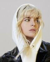 HollySiz en Trench en vinyl Chanel