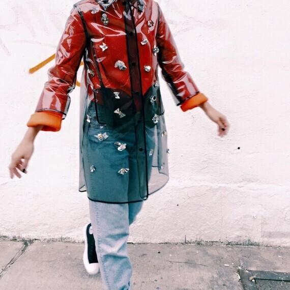 Claire Leana Millar en imperméable Muveil