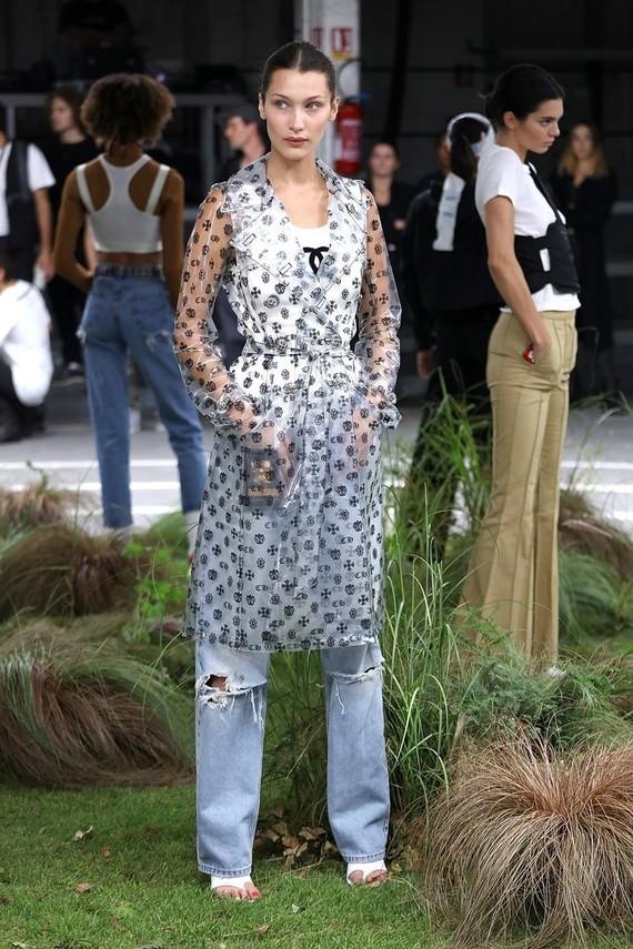 Bella Hadid en imperméable Chanel