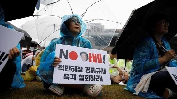Une femme assiste à une manifestation antijaponaise le 15 août 2019 à Séoul, en Corée du Sud