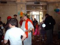 """""""les amis des écoles s' éclatent avec la bataille de confettis géantes !!"""