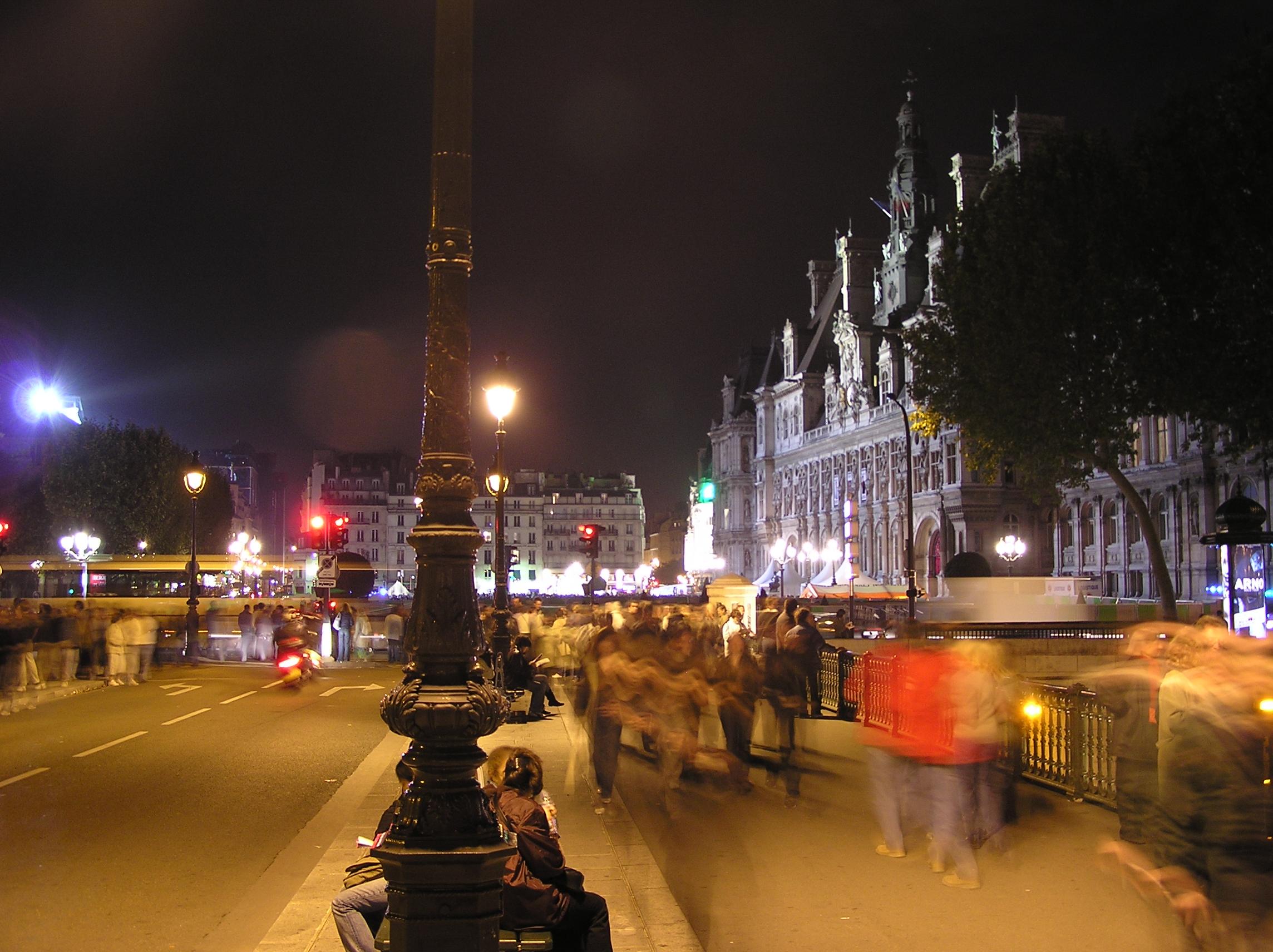 Paris nuit blanche hotel de ville paris nuit blanche for Piscine de nuit paris