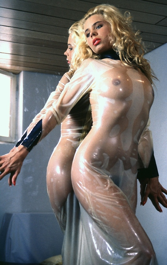 fille en Robe latex transparent