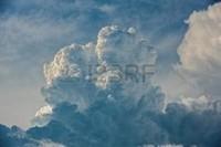 42800245-de-gros-nuages-moelleux-détails-en-relief-sur-le-ciel-bleu