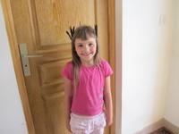 Tathiana avec des plumes de merle dans les cheveux