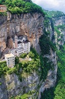 Monastère à flanc de montagne