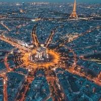 Place de l'Etoile avec l'arc de triomphe et la tour Eiffel