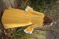 avec un rideau, un drap housse et un tissu jaune qui avait servi à recouvrir un petit canapé !