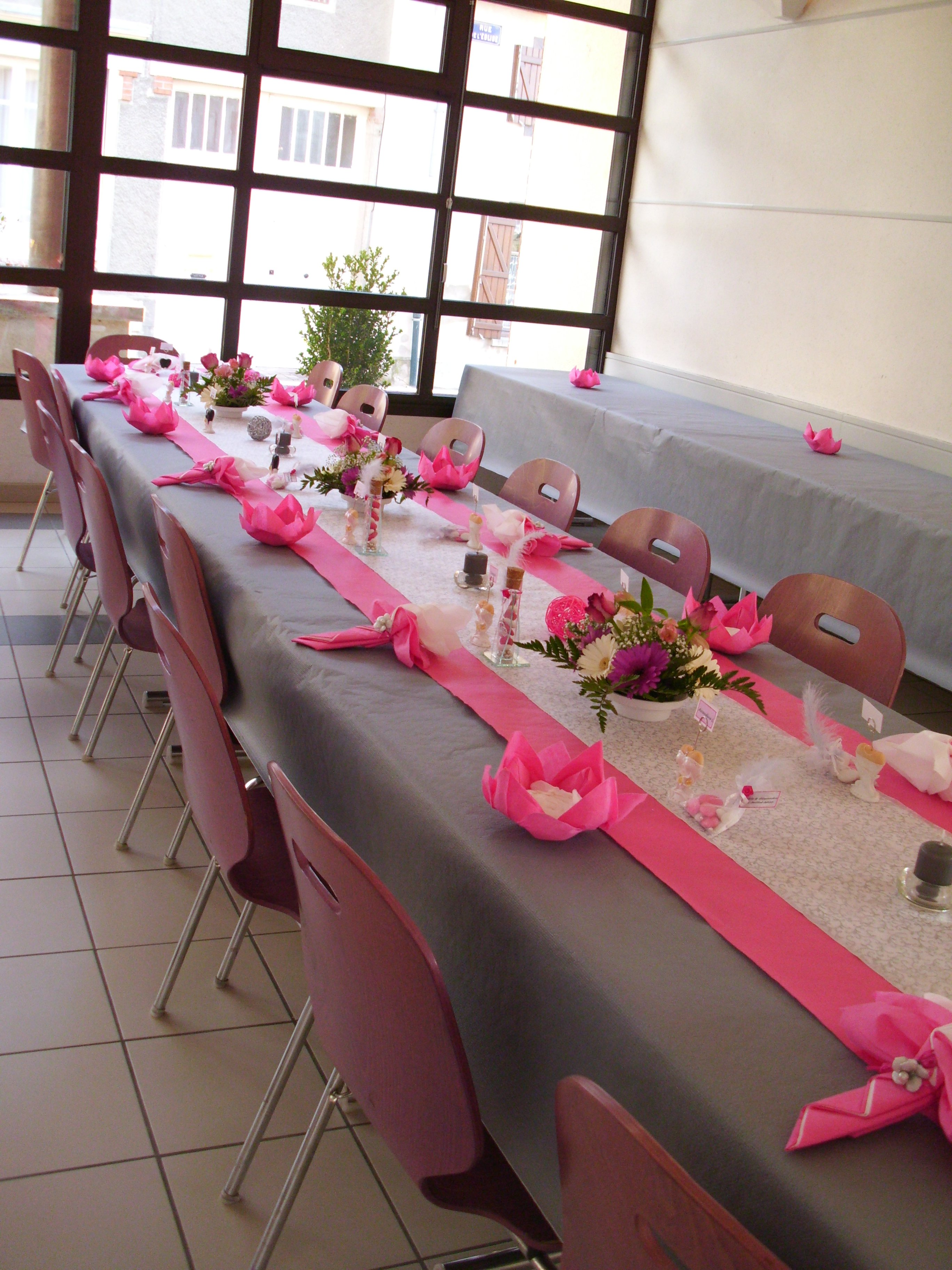Decoration table mariage gris fushia - Deco table rose gris ...