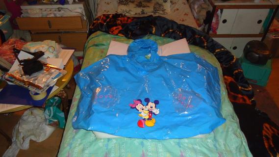 DSC00153 cape plastique bleu mickey-minnie
