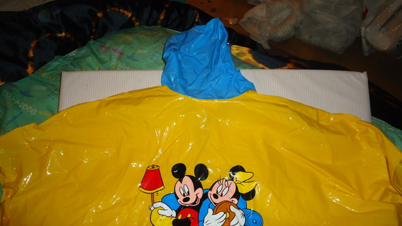 DSC00166 cape plastique jaune mickey-minnie