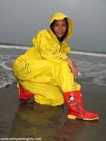 phoca_thumb_l_yellowsuit11