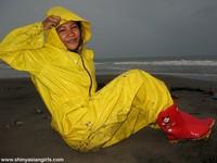 phoca_thumb_l_yellowsuit17