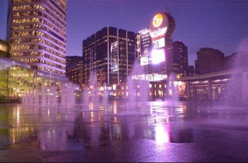Toronto-Yonge_Square
