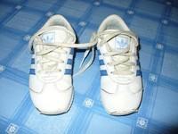 baskets ADIDAS TBE voir photos (usure visible) BLANCHES A bandes bleu P26 20Euros semelle nickel