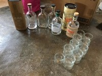 lot bouteilles et petits pots en verres