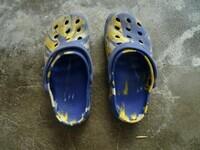 paire de chaussures style crocs coloré bonne état pointure 34 2.euros