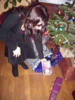 En train de mettre les cadeaux au pied du sapin