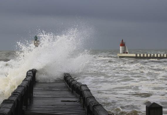Grosses vagues sur l'estacade