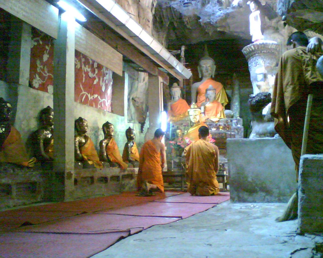 Images de Bienêtre - Page 4 Voyages-interieur-temple-bouddhiste-big