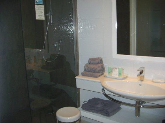 DJERBA 2011.... Grande salle de bain, douche à l'italienne....