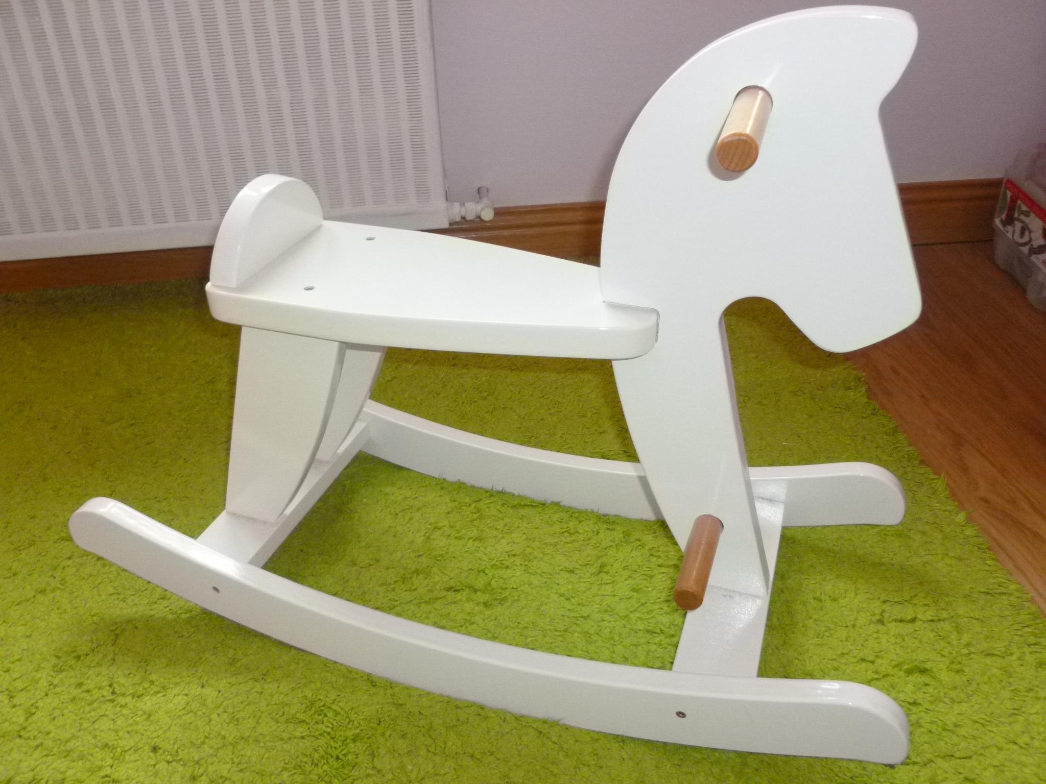 cheval a bascule blanc bois vendu klemax photos. Black Bedroom Furniture Sets. Home Design Ideas