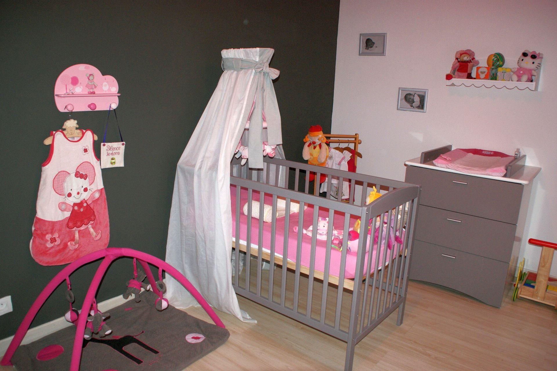 Gris, rose, blanc, ta chambre est prête petite puce ...