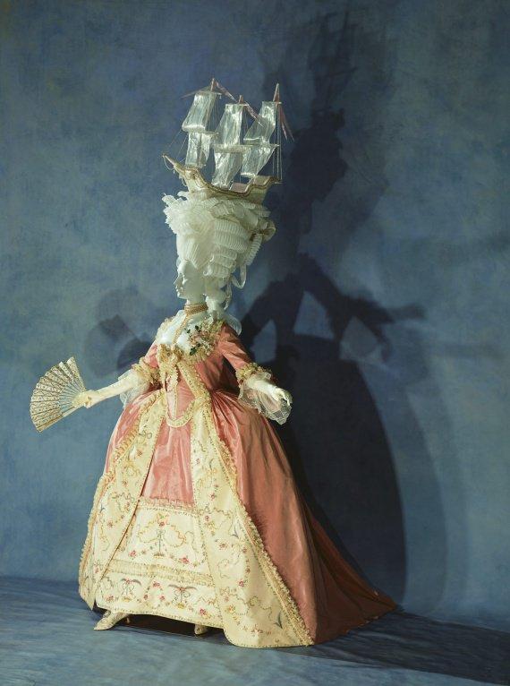 ...стало популярным одеваться в платья, история которых берет свое.