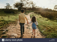 vue-arriere-brother-and-sister-holding-hands-and-running-in-meadow-w4pkbe
