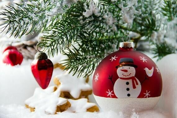 sapin-Noel-boule-de-Noel-bonhomme-neige-Photo-Holoho-via-Pixabay-CC0