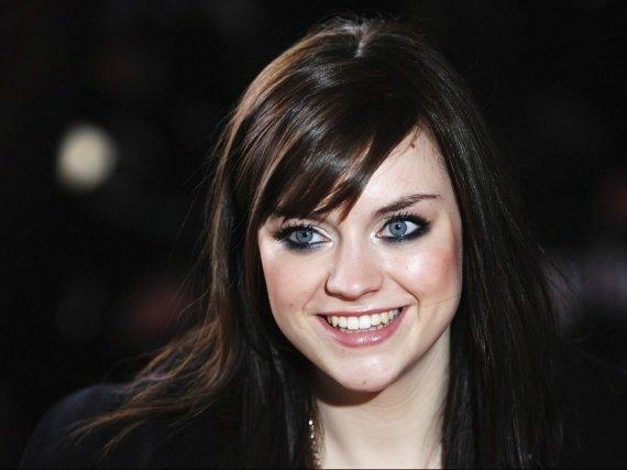 Appel à toute les brunes cheveux noirs yeux bleus