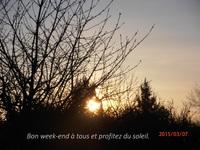 Un lever de soleil à la campagne.