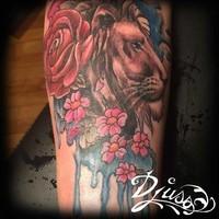 Un roi dans l'eau tatouage lion watercolour avec fleurs sur le bras d'une femme