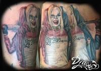 Le petit monstre à papa. Tatouage réaliste de Harley  Quinn en pin up couleur avec son baton de base