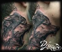 Le loup au cou, hurlements agressifs. tatouage de loup réaliste dans le cou d'un homme loup agressif