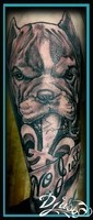 photo-image-tatouage-pit-bull-bras-homme-noir-et-gris-fleur-de-lys