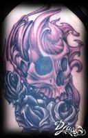 photo-tatouage-crane-roses-cuisse-femme-noir-et-gris