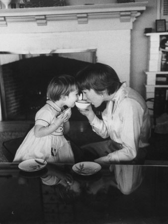actress-shirley-maclaine-sipping-tea-with-her-2-1-2-year-old-daughter-sachi-parker-premium-photogr-1