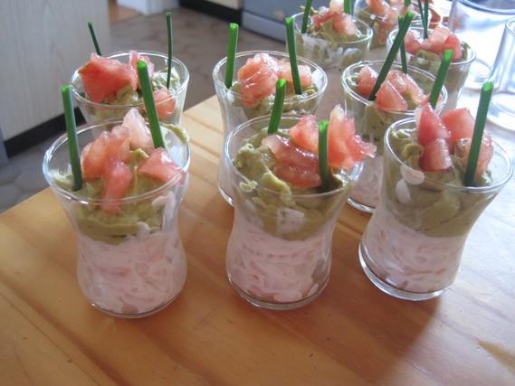saumon, crème, mousse d'avocat, tomates