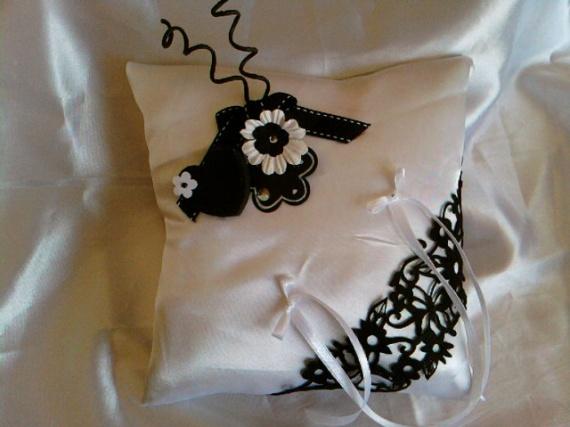 coussin blanc et noir avec coeur noir