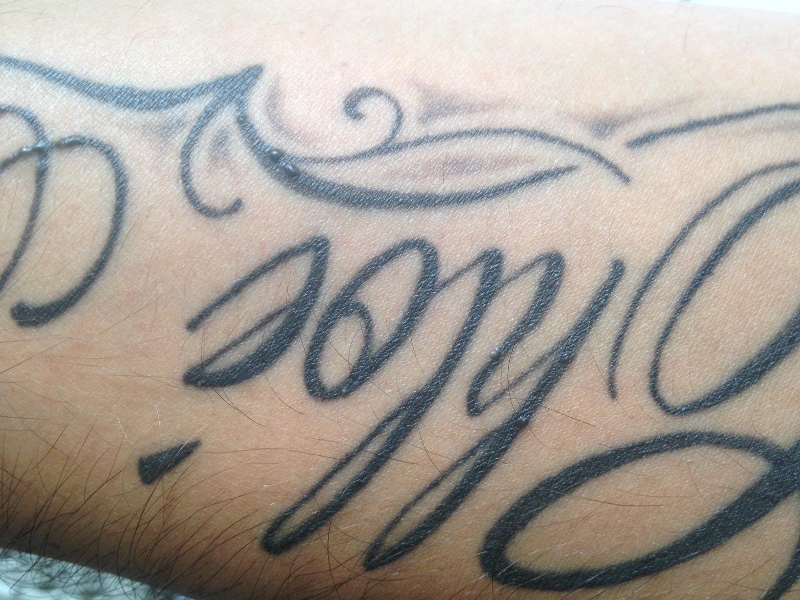 bouton sur un tatouage