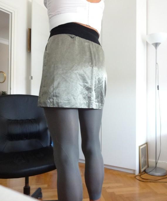 corinne en mini-jupe dos