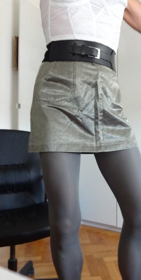 Corinne en mini-jupe devant