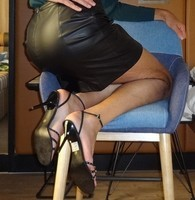 Corinne jupe cuir fesses