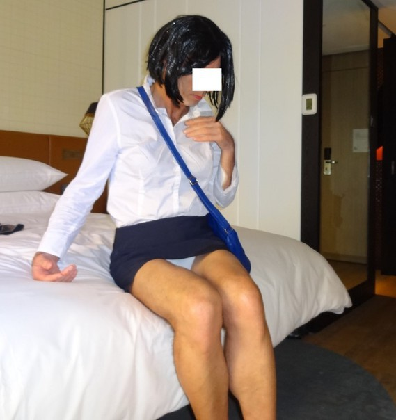 Corinne mini jupe assise_