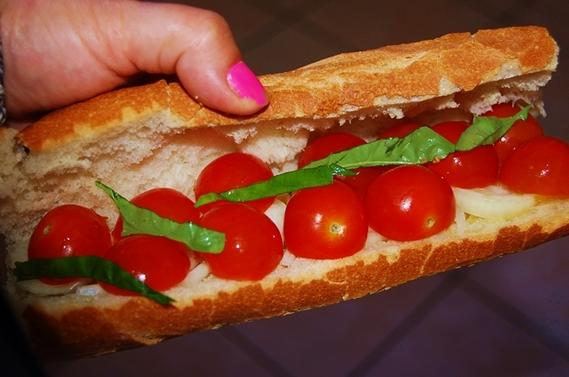 Tomates cerises-mozza-basilic