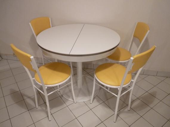 Table et chaises cuisine bo te outils pelleteuse de for Cuisine boite a outils