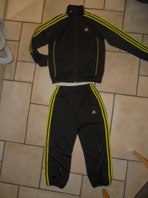 Survetement Adidas 12€ (un peu d'usure à un genou)